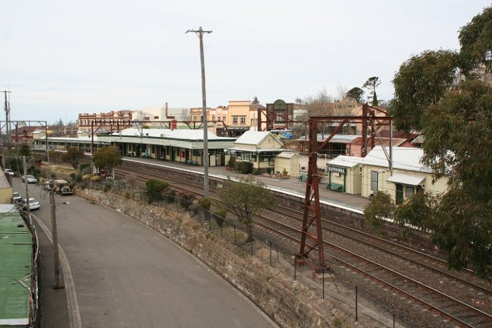 A photo of Katoomba Station taken from Yeoman Bridge over the western end of the platforms. The photo is taken looking in an easterly direction.