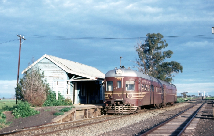 Railset 704 604 have stopped at Ungarie before heading south towards Sydney.